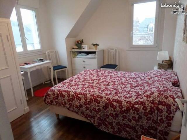 Chambre adulte lit double avec petite vue mer.