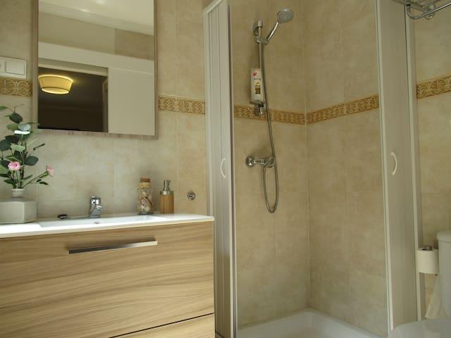 Baño de diseño Hab1 en suite con ducha, luminoso, ventana. Gel, champú, papel, toallas... incluidos