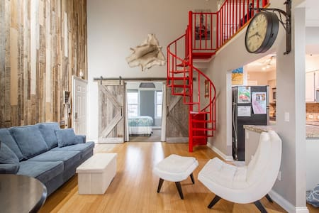 Trendy Downtown Loft! Sparkling Clean!  Walk to Downtown! No Elevator!