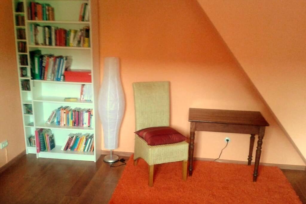 Viele interessante Bücher und ein Platz zum essen, arbeiten ...
