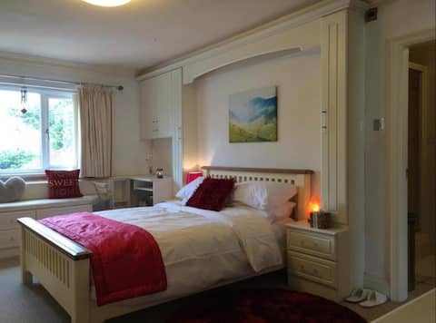 Large Cosy Cheshire Guesthouse Manchester Airport
