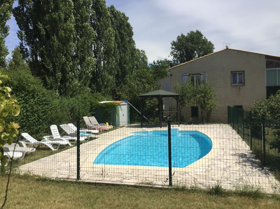 La piscine sécurisée et le kiosque