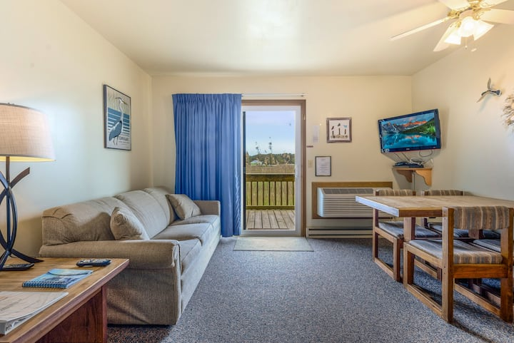 Assateague Inn 108 is an adorable Studio that sleeps 4 with lovely water views and an Outdoor Pool.