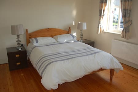 Double Room in modern home, Ennis town. - Ennis - Ház