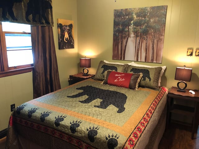 Black Bear Cozy Cabin, Lake View, Dog friendly.