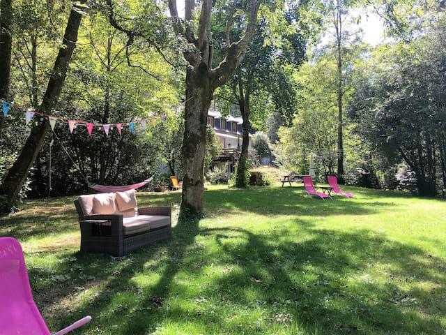 In de zomer kun je hier héérlijk relaxen in de tuin met loungebank, ligstoelen en hangmatten.