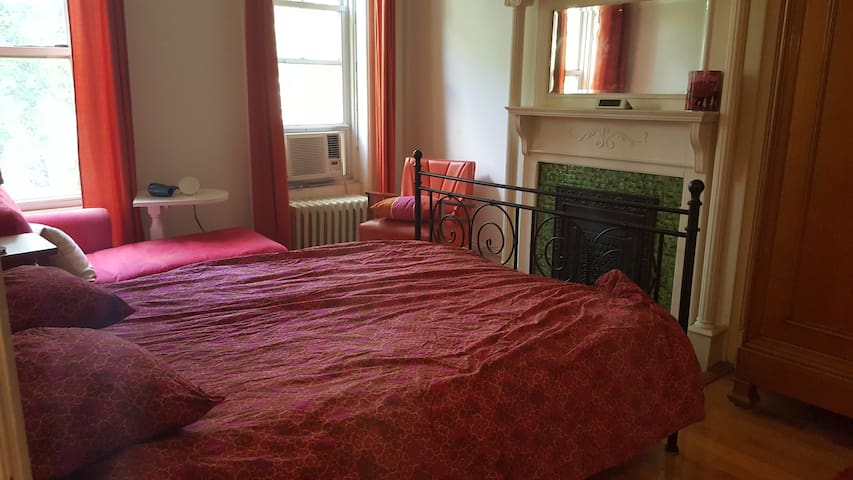 Bed-Stuy Brownstone huge sunny room 25mins to LES