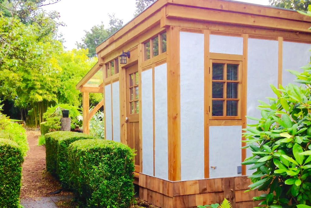 Boxwood garden house tiny houses for rent in powell for Beds 4 u rylands