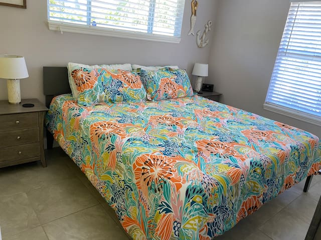 2nd bedroom-King bed with memory foam mattress New linens
