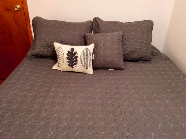 RF - Budget Friendly room in the Greenpoint Area!