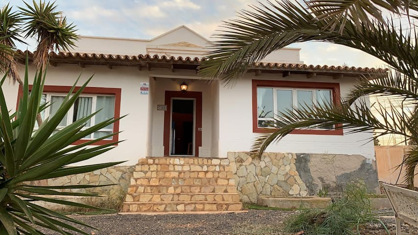 """Charming Holiday Home """"Casa el Candil"""" with Mountain View & Garden; Parking Available, Pets Allowed"""
