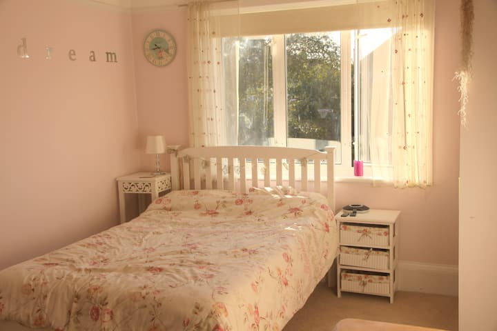 Light airy double room nr seafront, own bathroom