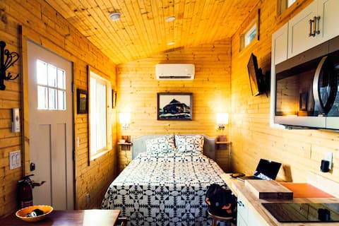 Delightful 1-bedroom tiny house with scenic views
