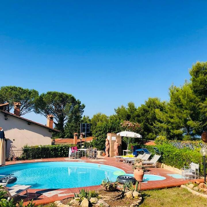Villa con piscina e campo da tennis