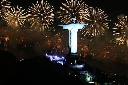 Suíte ampla com cozinha no Rio.