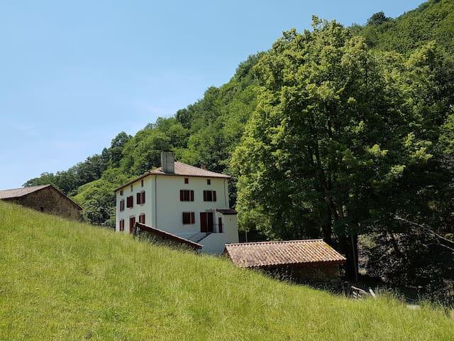 Maison basque traditionnelle et cadre d'exception