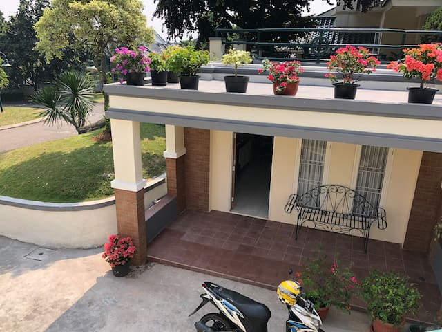 Studio House in Sentul City (add. pool access)