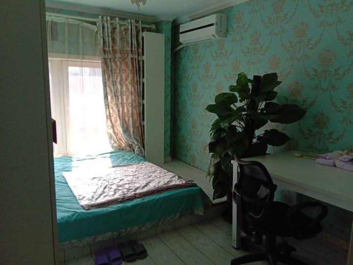 温馨一居室小屋,地铁六号线直达后海南锣鼓巷,首都机场打车,北京火车站地铁20多分钟路程