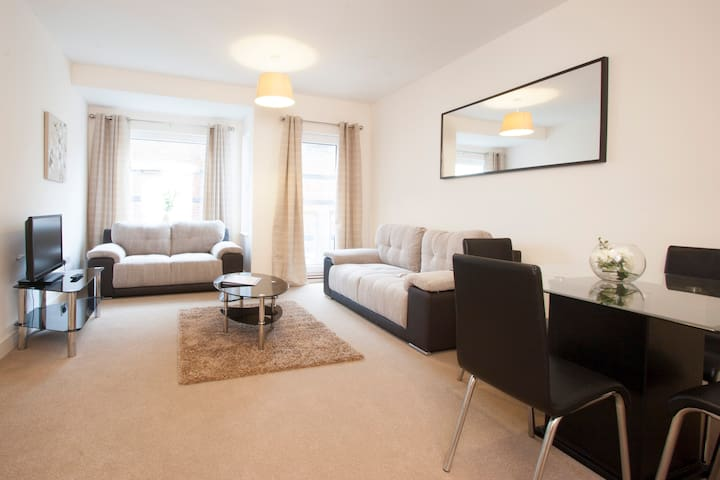 The Coliseum - 2 bedroom apartment - Cheltenham - Huoneisto