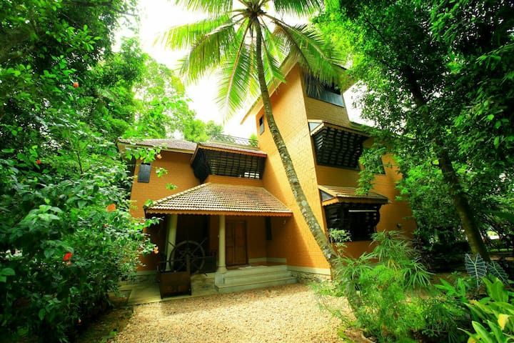 Malakkarethu House A heritage river side homestay