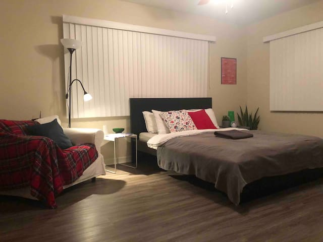 Private room with private bathroom  5 min to CLT