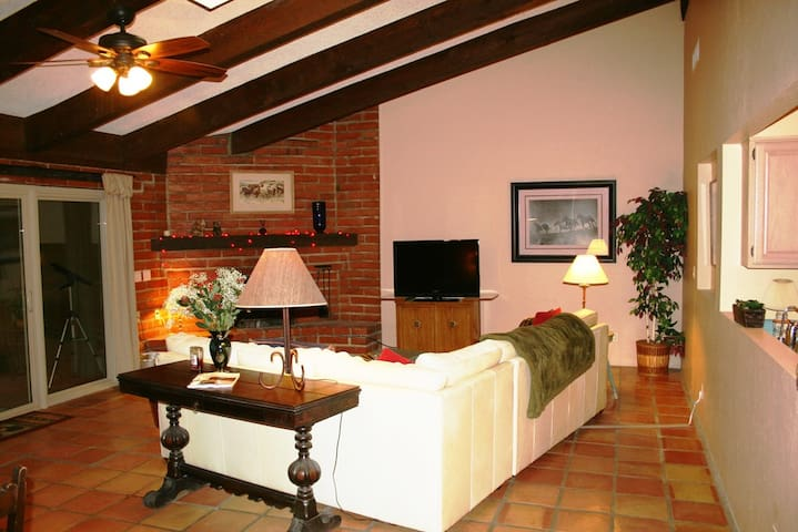 BEAUTIFUL FULLY FURNISHED N/E TUCSON GUEST QTRS