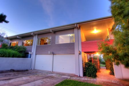 Spacious family home opposite park 5 mins to city - Wagga Wagga