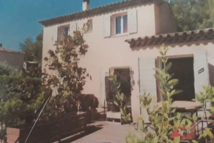 Studio indépendant au cœur de la Provence verte