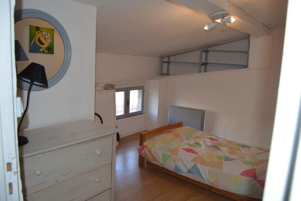 Chambre 2 avec lit gigogne : 2 lits en 90