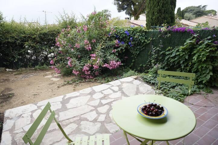 maisonnette  proche bord de mer avec joli jardinet