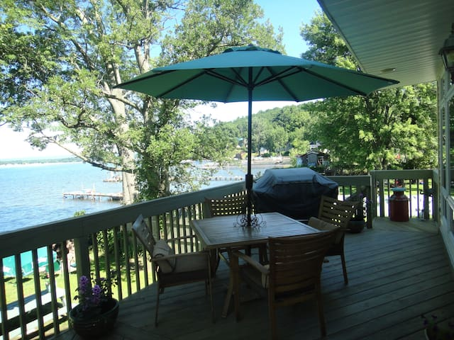 Charming Saratoga Lake Front Home..nice fall stay! - Saratoga Springs - Hus
