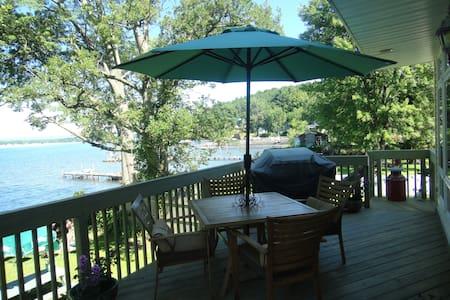 Charming Saratoga Lake Front Home..nice fall stay! - Saratoga Springs - Hus