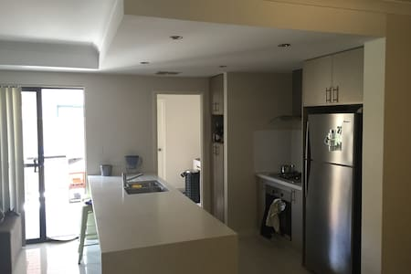 Bedroom in townhouse close to the city and beaches - Glendalough - Townhouse
