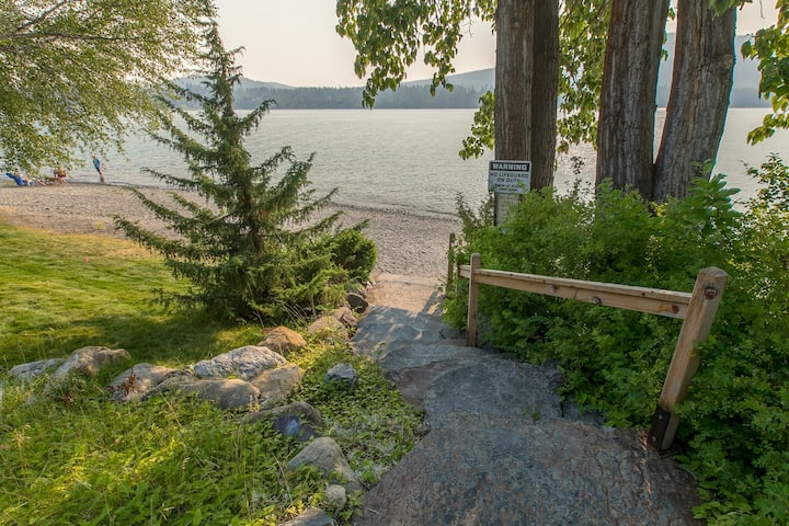 Lakefront getaway w/ shared pool, sauna & easy lake access!