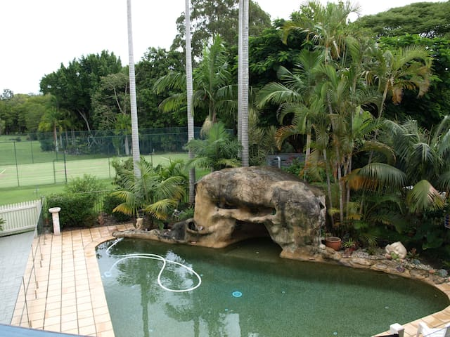 Retreat on acreage, Pool Tennis Court Rain Forest - Tinbeerwah - Daire
