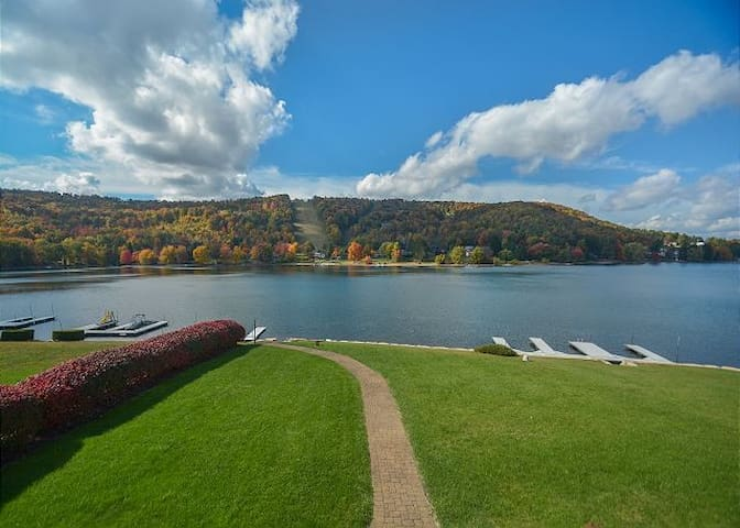 Lake Escape: Big Lake Views, 5 BR, Private Dock - McHenry - House