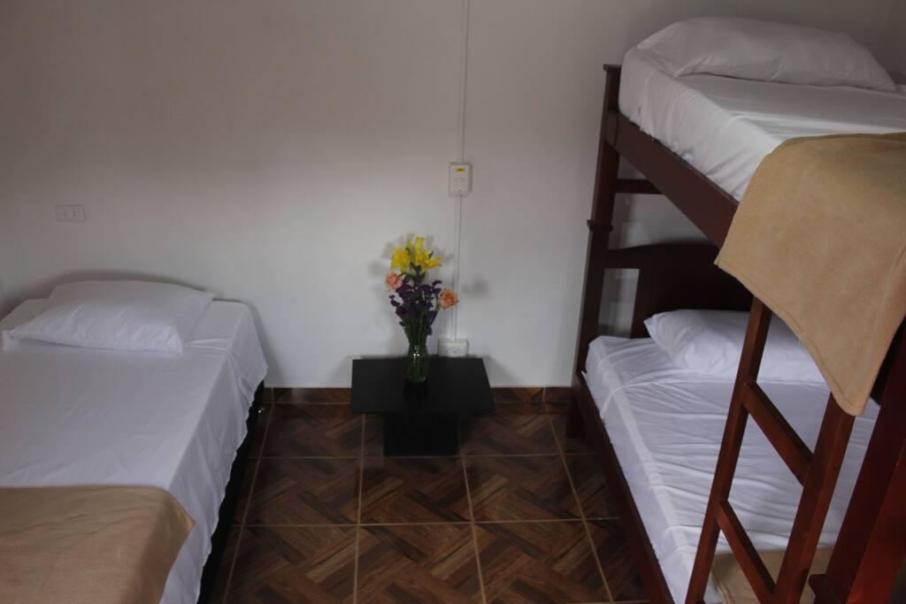 Habitación compartida de 3 camas, muy fresca.
