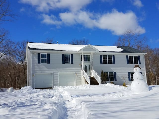 Large new house close to all Poconos attractions - Long Pond