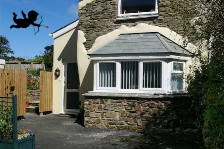 CROYDE WONKY COTTAGE sleeping 4 comfortably w/Private landscaped rear garden