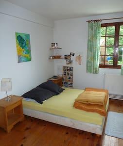 L'Atelier , chambres plein Sud dans une longère - Houppeville - House