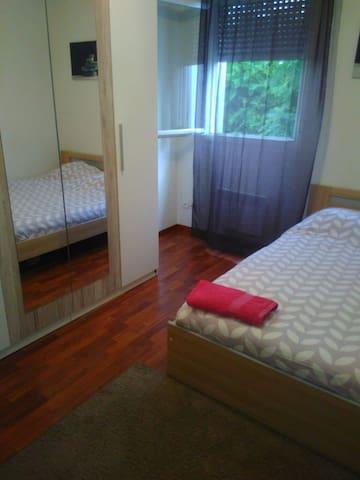Chambre avec 1 lit deux place douille