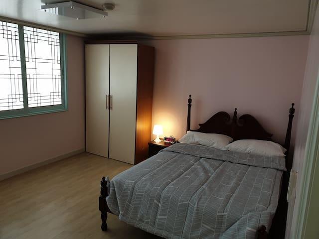 안방 침실과 옷장