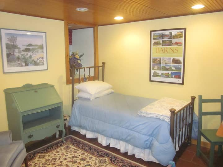 Cozy furnished studio on 20 acres backs to lake