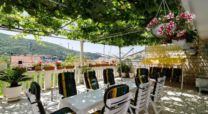House Rose/beautiful terrace/next to beach/parking - Mokošica - Wohnung