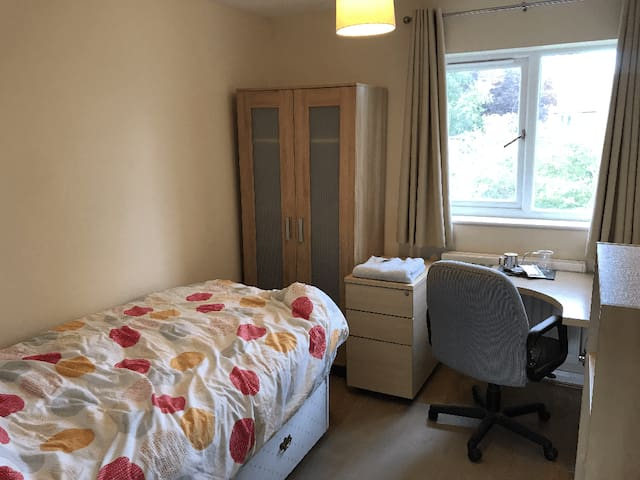 Quiet and comfortable room - free Wifi & parking