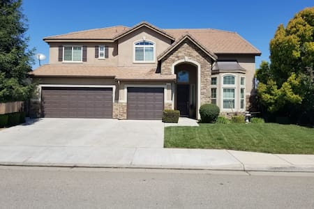 Beautiful 4000sq home with private bedroom/bath.