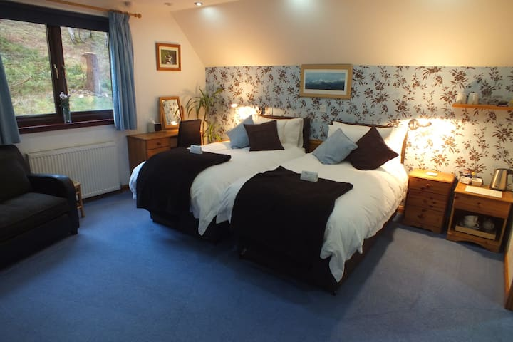 Large, Stylish Super King / Twin - Dores - Bed & Breakfast