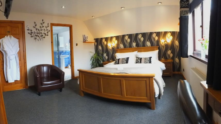 King Room Overlooking Loch Ness - Dores - Bed & Breakfast