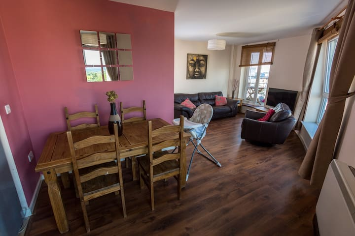 Beautiful 2 Bed Apartment For Up To 5 Guests