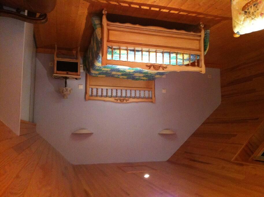 la chambre à l'étage: lit double, équipée d'une TV, possibilité  pour une 3ème personne de dormir sur un lit simple